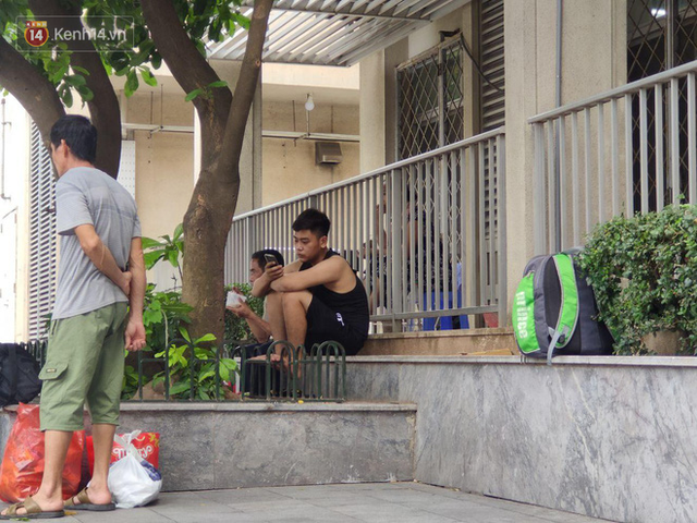 Ảnh: Nắng nóng gần 40 độ C ở Hà Nội, người nhà bệnh nhân vạ vật gần hành lang, dưới bóng cây trong bệnh viện - Ảnh 16.