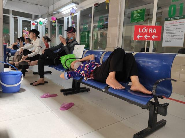 Ảnh: Nắng nóng gần 40 độ C ở Hà Nội, người nhà bệnh nhân vạ vật gần hành lang, dưới bóng cây trong bệnh viện - Ảnh 6.