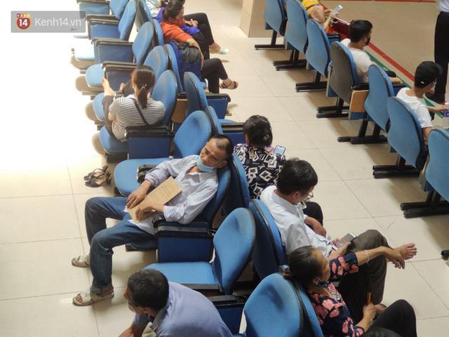 Ảnh: Nắng nóng gần 40 độ C ở Hà Nội, người nhà bệnh nhân vạ vật gần hành lang, dưới bóng cây trong bệnh viện - Ảnh 7.