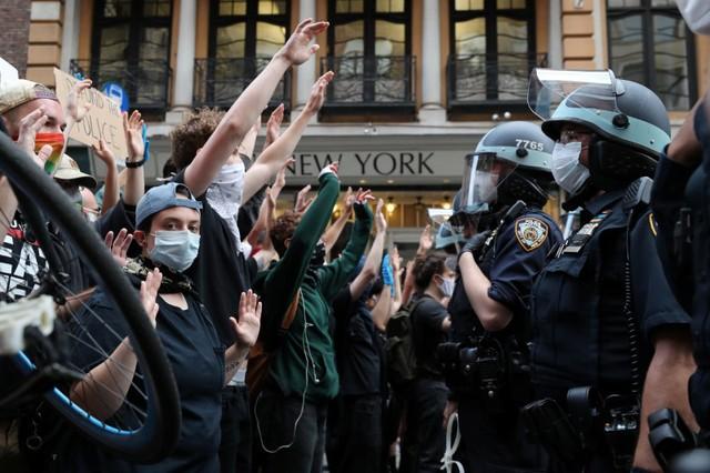 Biểu tình bạo lực tại Mỹ, ai là người hưởng lợi? - Ảnh 1.