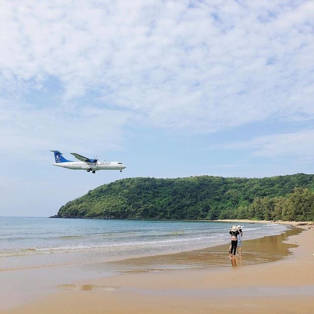 """Một sân bay ở Việt Nam khiến ai cũng """"khiếp vía"""" khi lần đầu nhìn thấy: Phi cơ hạ cánh ngay cạnh nơi du khách... tắm biển? - Ảnh 9."""