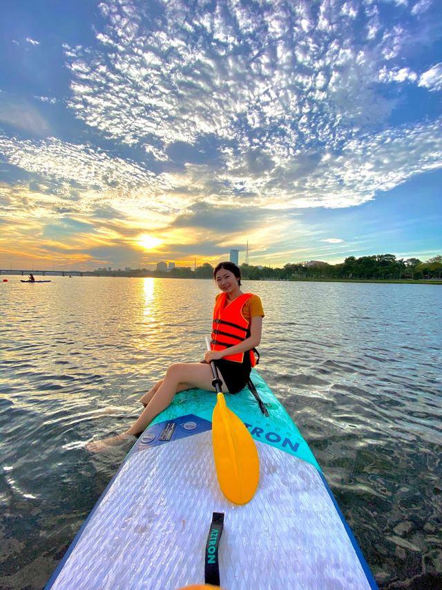 Lướt ván đứng trên dòng sông Hương: Một trải nghiệm khác biệt để cảm nhận nét sôi động của cố đô Huế - Ảnh 5.