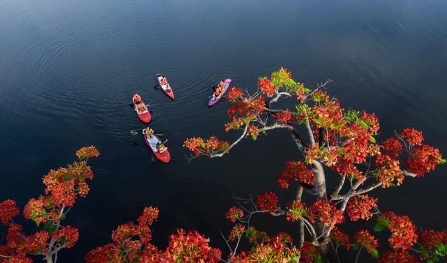 Lướt ván đứng trên dòng sông Hương: Một trải nghiệm khác biệt để cảm nhận nét sôi động của cố đô Huế - Ảnh 13.