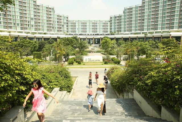 """Hàng vạn du khách đang tấp nập ghé thăm: Sức hút đặc biệt từ """"thành phố du lịch quốc dân"""" Sầm Sơn - Ảnh 4."""