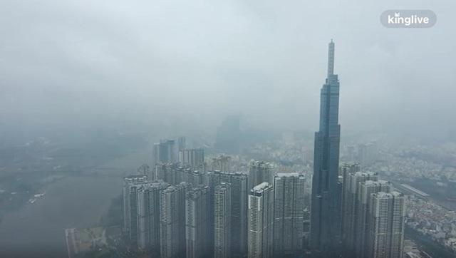 Clip toàn cảnh TP.HCM từ trên cao: Những tòa nhà chọc trời chìm vào làn sương trắng đục, chỉ số chất lượng không khí thấp - Ảnh 1.