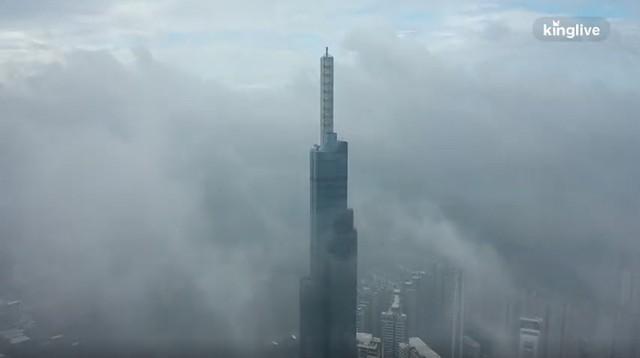 Clip toàn cảnh TP.HCM từ trên cao: Những tòa nhà chọc trời chìm vào làn sương trắng đục, chỉ số chất lượng không khí thấp - Ảnh 2.