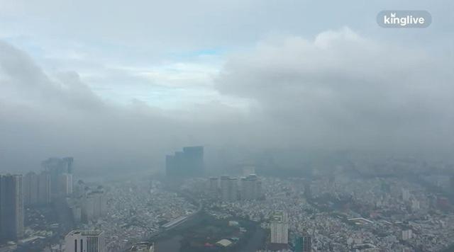 Clip toàn cảnh TP.HCM từ trên cao: Những tòa nhà chọc trời chìm vào làn sương trắng đục, chỉ số chất lượng không khí thấp - Ảnh 4.