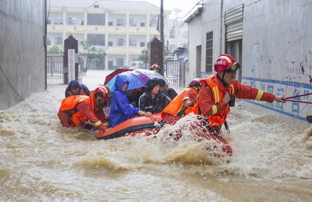 Cảnh tượng gây choáng ở TQ: Căn nhà 3 tầng bị nước lũ quật ngã chỉ sau vài giây ngắn ngủi - Ảnh 3.