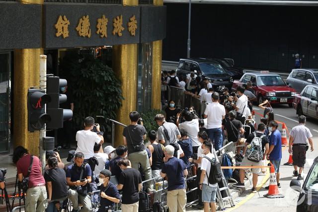 Lễ nhập quan của Vua sòng bài Macau: Hơn 300 ảnh gia tộc được trình chiếu, con trai thứ 2 xúc động cầm di ảnh của bố - Ảnh 12.