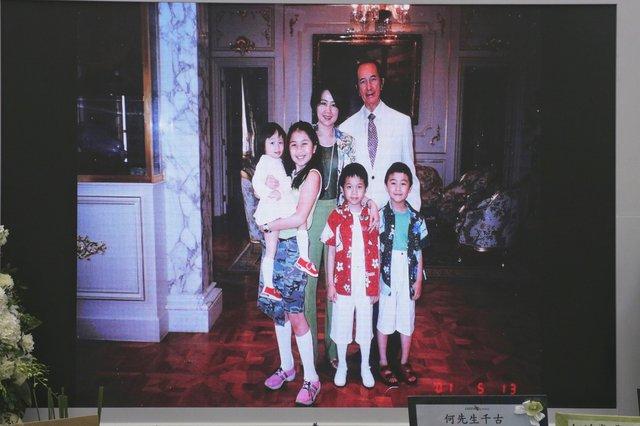 Lễ nhập quan của Vua sòng bài Macau: Hơn 300 ảnh gia tộc được trình chiếu, con trai thứ 2 xúc động cầm di ảnh của bố - Ảnh 13.