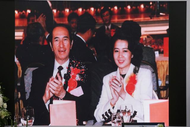 Lễ nhập quan của Vua sòng bài Macau: Hơn 300 ảnh gia tộc được trình chiếu, con trai thứ 2 xúc động cầm di ảnh của bố - Ảnh 14.