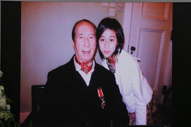 Lễ nhập quan của Vua sòng bài Macau: Hơn 300 ảnh gia tộc được trình chiếu, con trai thứ 2 xúc động cầm di ảnh của bố - Ảnh 15.