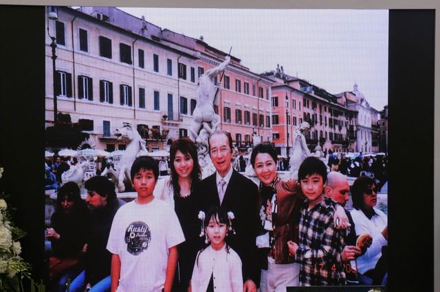 Lễ nhập quan của Vua sòng bài Macau: Hơn 300 ảnh gia tộc được trình chiếu, con trai thứ 2 xúc động cầm di ảnh của bố - Ảnh 16.