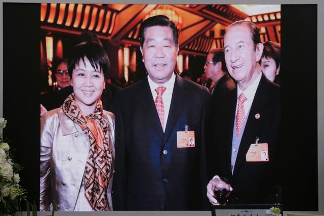 Lễ nhập quan của Vua sòng bài Macau: Hơn 300 ảnh gia tộc được trình chiếu, con trai thứ 2 xúc động cầm di ảnh của bố - Ảnh 17.
