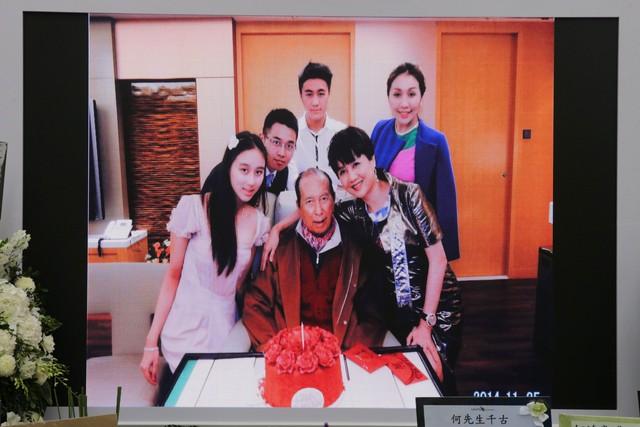 Lễ nhập quan của Vua sòng bài Macau: Hơn 300 ảnh gia tộc được trình chiếu, con trai thứ 2 xúc động cầm di ảnh của bố - Ảnh 18.