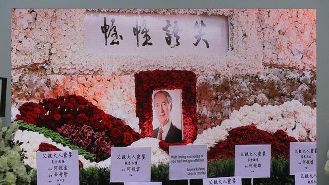 Lễ nhập quan của Vua sòng bài Macau: Hơn 300 ảnh gia tộc được trình chiếu, con trai thứ 2 xúc động cầm di ảnh của bố - Ảnh 19.