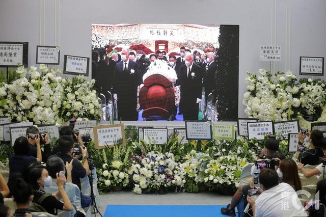 Lễ nhập quan của Vua sòng bài Macau: Hơn 300 ảnh gia tộc được trình chiếu, con trai thứ 2 xúc động cầm di ảnh của bố - Ảnh 20.