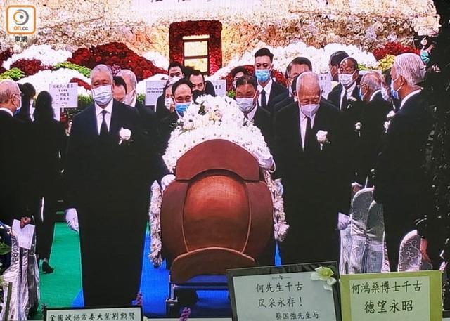 Lễ nhập quan của Vua sòng bài Macau: Hơn 300 ảnh gia tộc được trình chiếu, con trai thứ 2 xúc động cầm di ảnh của bố - Ảnh 21.