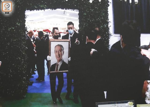 Lễ nhập quan của Vua sòng bài Macau: Hơn 300 ảnh gia tộc được trình chiếu, con trai thứ 2 xúc động cầm di ảnh của bố - Ảnh 23.