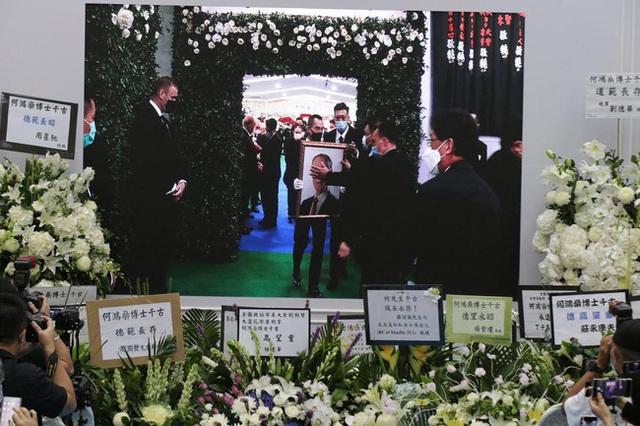 Lễ nhập quan của Vua sòng bài Macau: Hơn 300 ảnh gia tộc được trình chiếu, con trai thứ 2 xúc động cầm di ảnh của bố - Ảnh 24.