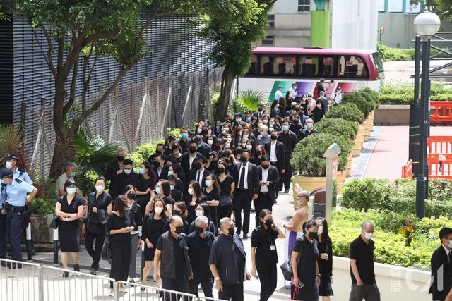Lễ nhập quan của Vua sòng bài Macau: Hơn 300 ảnh gia tộc được trình chiếu, con trai thứ 2 xúc động cầm di ảnh của bố - Ảnh 9.