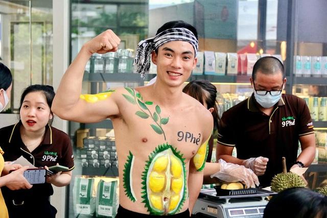 Cách làm sầu riêng không giống ai của ông chủ vựa sầu riêng chín tự nhiên đắt nhất nhì Việt Nam - Ảnh 2.