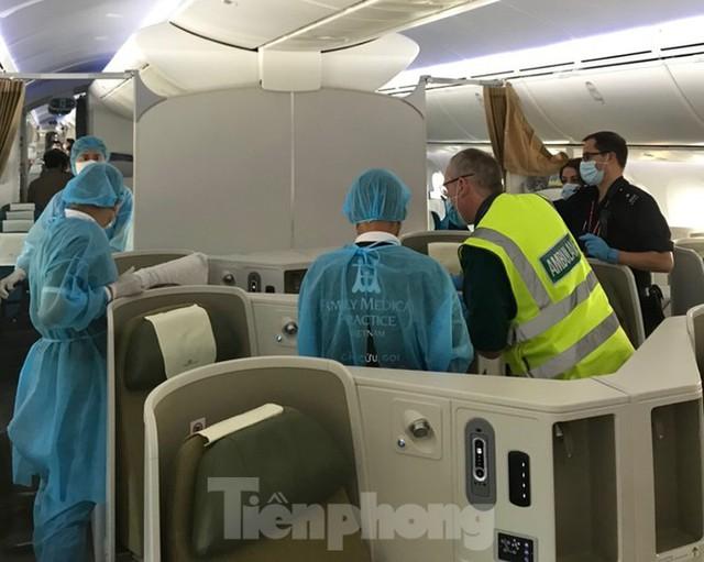 Phi công người Anh đã về đến quê nhà sau 15 giờ bay từ Hà Nội - Ảnh 3.