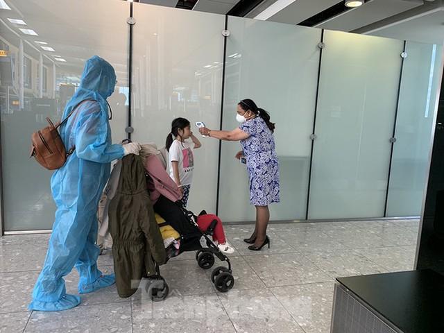 Phi công người Anh đã về đến quê nhà sau 15 giờ bay từ Hà Nội - Ảnh 8.