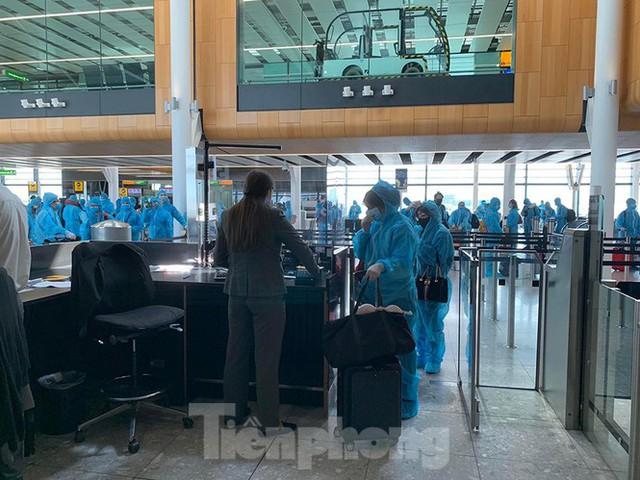 Phi công người Anh đã về đến quê nhà sau 15 giờ bay từ Hà Nội - Ảnh 10.