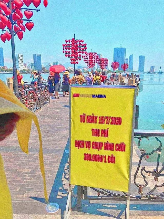 Cô dâu, chú rể phải trả 300 nghìn đồng để chụp ảnh ở cầu tình yêu Đà Nẵng - Ảnh 1.