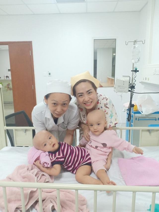 Đang tiến hành phẫu thuật tách dính 2 bé gái song sinh: Bố mẹ con đã khóc, mọi người đều mong các con được bình an - Ảnh 3.