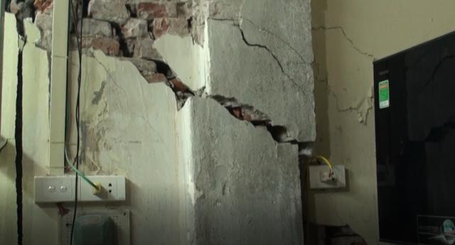 Hà Nội: Dân phố cổ đứng ngồi không yên trong ngôi nhà nứt toác, xiêu vẹo, có thể đổ sập bất cứ lúc nào - Ảnh 1.