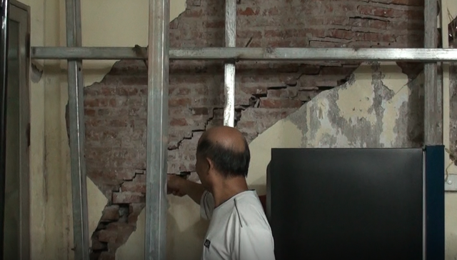 Hà Nội: Dân phố cổ đứng ngồi không yên trong ngôi nhà nứt toác, xiêu vẹo, có thể đổ sập bất cứ lúc nào - Ảnh 3.