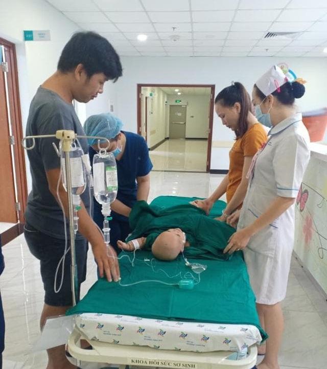 Đang tiến hành phẫu thuật tách dính 2 bé gái song sinh: Bố mẹ con đã khóc, mọi người đều mong các con được bình an - Ảnh 6.