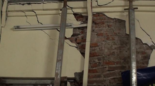 Hà Nội: Dân phố cổ đứng ngồi không yên trong ngôi nhà nứt toác, xiêu vẹo, có thể đổ sập bất cứ lúc nào - Ảnh 4.