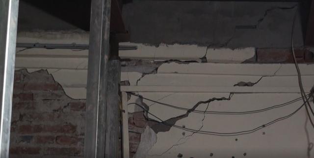 Hà Nội: Dân phố cổ đứng ngồi không yên trong ngôi nhà nứt toác, xiêu vẹo, có thể đổ sập bất cứ lúc nào - Ảnh 5.