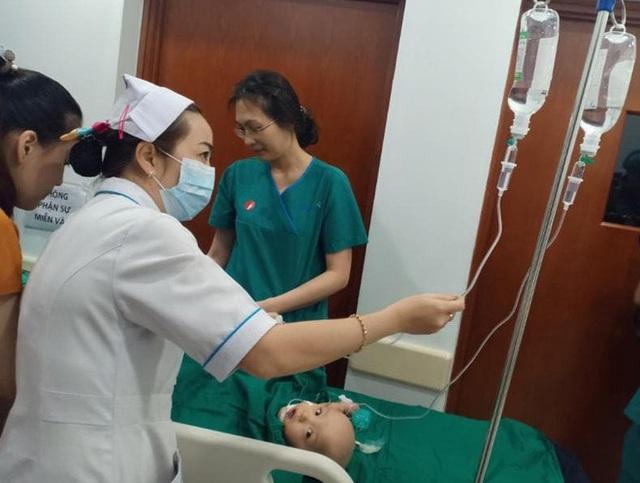 Đang tiến hành phẫu thuật tách dính 2 bé gái song sinh: Bố mẹ con đã khóc, mọi người đều mong các con được bình an - Ảnh 8.