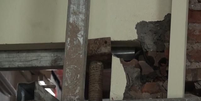 Hà Nội: Dân phố cổ đứng ngồi không yên trong ngôi nhà nứt toác, xiêu vẹo, có thể đổ sập bất cứ lúc nào - Ảnh 6.
