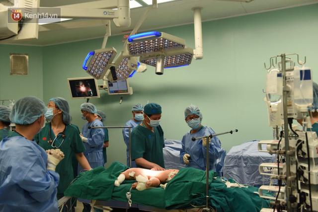 Đang tiến hành phẫu thuật tách dính 2 bé gái song sinh: Bố mẹ con đã khóc, mọi người đều mong các con được bình an - Ảnh 11.