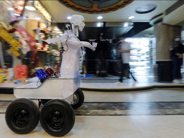 Con robot đầy ám ảnh này đang hỗ trợ các xét nghiệm coronavirus ở Ai Cập - Ảnh 8.