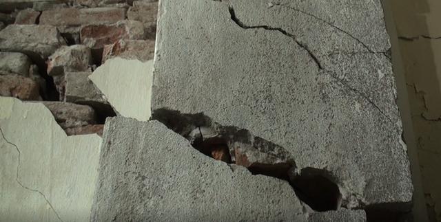 Hà Nội: Dân phố cổ đứng ngồi không yên trong ngôi nhà nứt toác, xiêu vẹo, có thể đổ sập bất cứ lúc nào - Ảnh 8.