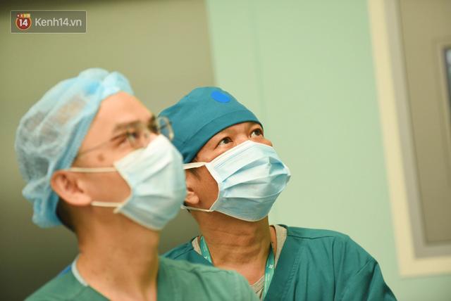 ẢNH: Khoảnh khắc xúc động trong suốt 12 tiếng phẫu thuật giúp Trúc Nhi - Diệu Nhi có được hình hài nguyên vẹn - Ảnh 2.