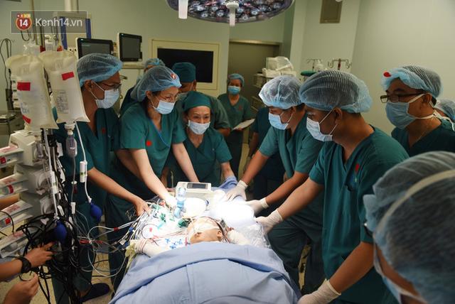 ẢNH: Khoảnh khắc xúc động trong suốt 12 tiếng phẫu thuật giúp Trúc Nhi - Diệu Nhi có được hình hài nguyên vẹn - Ảnh 10.