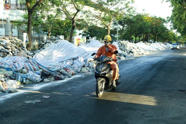 Những núi rác ngày một cao giữa Hà Nội khiến ai đi qua cũng phải bịt mũi, nín thở - Ảnh 2.