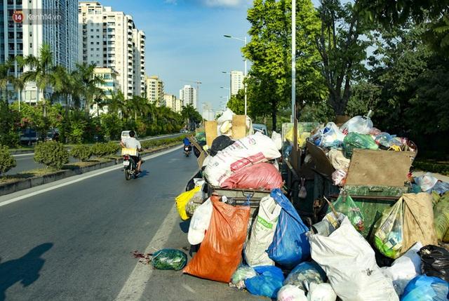 Những núi rác ngày một cao giữa Hà Nội khiến ai đi qua cũng phải bịt mũi, nín thở - Ảnh 9.