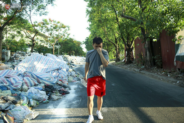 Những núi rác ngày một cao giữa Hà Nội khiến ai đi qua cũng phải bịt mũi, nín thở - Ảnh 10.