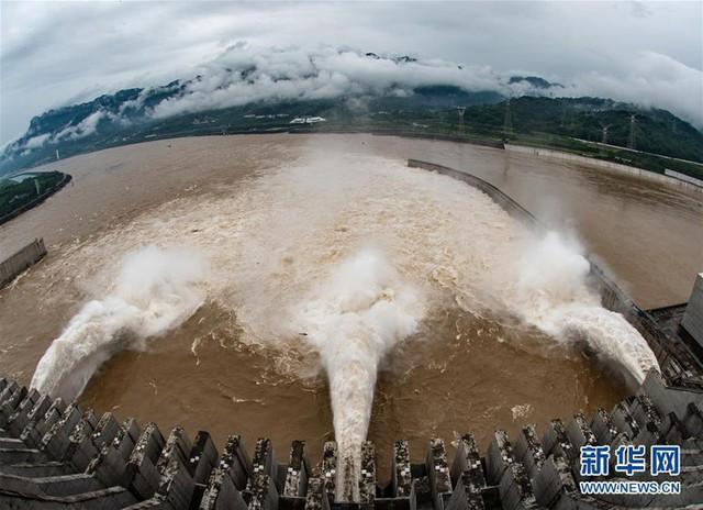 Nước lũ đổ vào đập Tam Hiệp lập đỉnh mới, vượt cảnh báo hơn 15m - Ảnh 1.