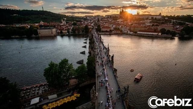 Một thành phố dựng hẳn chiếc bàn dài 488 mét để ăn mừng hết phong tỏa vì Covid-19 - Ảnh 1.