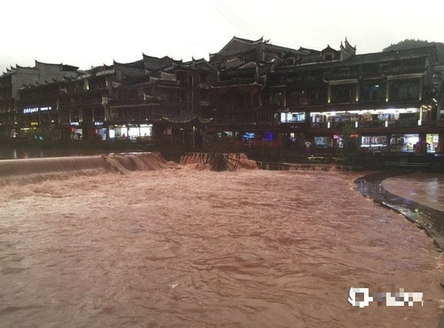 Phượng Hoàng cổ trấn thượng nguồn đập Tam Hiệp bị ngập lụt - Ảnh 1.