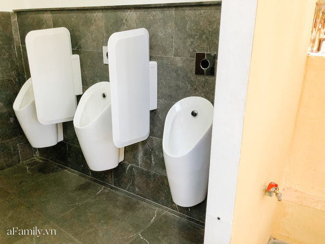 Mục sở thị nhà vệ sinh 5 sao đang hot nhất Hội An: Ra vô bằng cửa tự động cảm biến, điều hòa mát lạnh và hàng ghế chờ như công viên liệu có đáng giá 10k/lượt? - Ảnh 11.